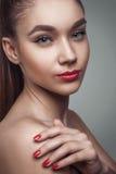 一个美丽的少妇的魅力画象 免版税库存照片