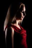 一个美丽的少妇的黑暗的秀丽画象红色衬衣的 库存照片