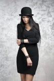 一个美丽的少妇的画象一顶黑礼服和圆顶硬礼帽的 库存图片
