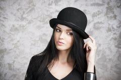 一个美丽的少妇的画象一顶黑礼服和圆顶硬礼帽的 库存照片