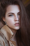 一个美丽的少妇的画象偶然高雅样式的 库存照片