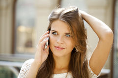 一个美丽的少妇的画象叫由电话 库存照片