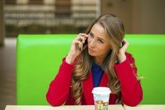 一个美丽的少妇的画象叫由电话 库存图片