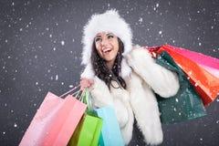一个美丽的少妇的画象在一件白色皮大衣藏品 免版税图库摄影
