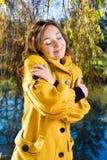 一个美丽的少妇的画象在公园 免版税库存图片