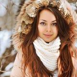 一个美丽的少妇的画象在冬天 免版税库存图片