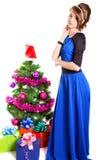 一个美丽的少妇的画象在圣诞树附近的和 免版税库存照片