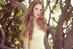 一个美丽的少妇的画象在夏天庭院里 免版税库存照片