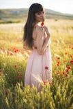 一个美丽的少妇的画象室外在夏天。调遣po 免版税库存照片