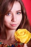 一个美丽的少妇的画象有一朵黄色玫瑰的 图库摄影