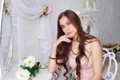 一个美丽的少妇的画象有一束花的 库存照片
