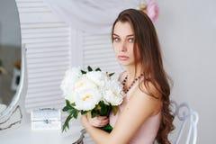一个美丽的少妇的画象有一束花的 免版税图库摄影