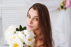 一个美丽的少妇的画象有一束花的 图库摄影