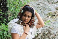 一个美丽的少妇的画象有民间传说头巾的 库存照片