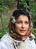 一个美丽的少妇的画象有民间传说头巾的 免版税库存图片