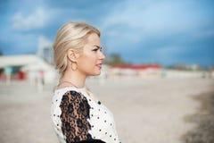 一个美丽的少妇的画象有白肤金发的 免版税库存照片