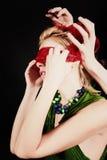 一个美丽的少妇的画象有红色眼罩的 免版税库存图片