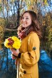 一个美丽的少妇的画象有花的 库存图片