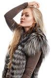 一个美丽的少妇的画象毛皮背心的 免版税库存图片