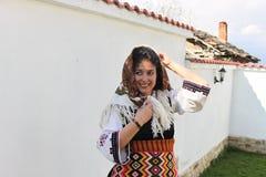 一个美丽的少妇的画象民间传说服装的 免版税库存图片
