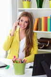 一个美丽的少妇的画象谈话在电话 库存照片