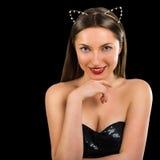 一个美丽的少妇的画象黑背景的 她是象猫 免版税库存照片
