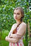 一个美丽的少妇的画象绿色叶子背景的  免版税库存图片