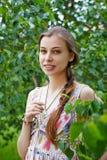 一个美丽的少妇的画象绿色叶子背景的  免版税图库摄影