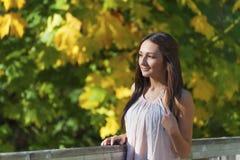 一个美丽的少年女孩的秋天画象 图库摄影