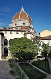 一个美丽的庭院在佛罗伦萨的中心有大教堂圣玛丽亚del菲奥雷圆顶的  免版税图库摄影