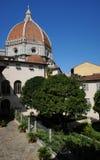 一个美丽的庭院在佛罗伦萨的中心有大教堂圣玛丽亚del菲奥雷圆顶的  库存图片