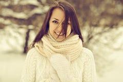 一个美丽的微笑的女孩的室外画象在冬天 免版税图库摄影