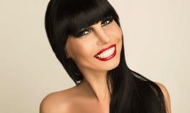 一个美丽的微笑的女孩的画象有黑发的 库存照片