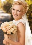 一个美丽的微笑的愉快的新娘的画象 免版税库存照片