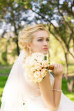 一个美丽的微笑的愉快的新娘的画象 免版税库存图片
