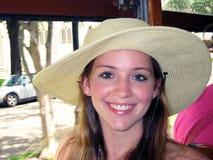 一个美丽的微笑的青少年的女孩的特写镜头帽子的 免版税图库摄影