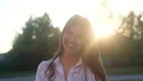 一个美丽的快乐的女孩的画象有长发的 股票视频