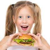 一个美丽的快乐的孩子的画象用汉堡包 照片特写镜头 免版税库存图片