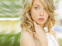 一个美丽的性感的女孩的画象有大肥满嘴唇的有白发和一个白色充分的长的手指的 图库摄影