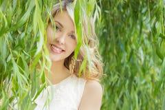 一个美丽的性感的女孩的画象有大肥满嘴唇的有白发和一个白色充分的长的手指的 免版税库存图片