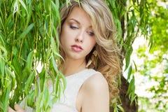 一个美丽的性感的女孩的画象有大肥满嘴唇的有白发和一个白色充分的长的手指的 免版税图库摄影