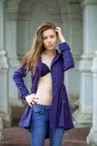 一个美丽的性感的少妇的画象深蓝外套的 免版税库存照片