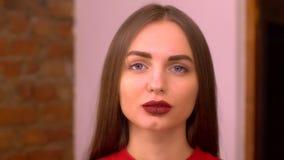 一个美丽的性感的微笑的愉快的女孩的画象有大充分的嘴唇的有金发的 股票视频