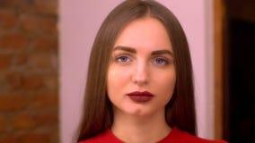 一个美丽的性感的微笑的愉快的女孩的画象有大充分的嘴唇的有金发的 股票录像