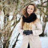 一个美丽的愉快的微笑的女孩的偶然画象在冬天公园 库存图片