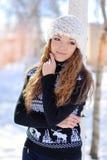 一个美丽的愉快的微笑的女孩的偶然画象在冬天公园 免版税图库摄影