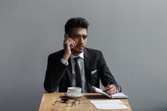 一个美丽的成功的人谈话在咖啡馆的电话办公室 图库摄影