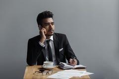 一个美丽的成功的人谈话在咖啡馆的电话办公室 免版税库存照片