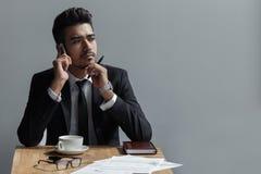 一个美丽的成功的人谈话在咖啡馆的电话办公室 库存图片