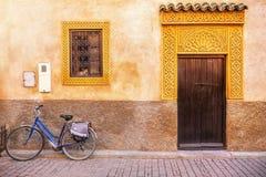 一个美丽的房子门面在摩洛哥,有华丽门和窗架的 图库摄影